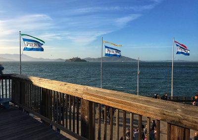 Pier 39, der Touristen-Hot-Spot in SFO. Im Hintergrund: Alcatraz