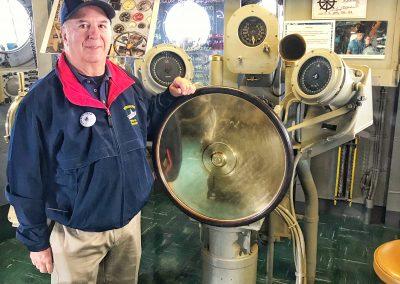 Mein Guide auf der Brücke der USS Hornet. Ehemaliger F4 Kampfpilot in Vietnam