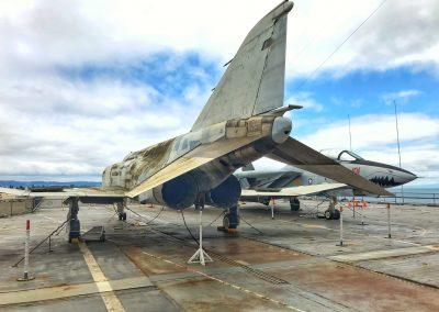 Das Heck eines F4-Phantom Kampfjets, wichtiges Arbeitstier der Amerikaner im Vietnam-Krieg mit den charakteristisch geneigten Höhenrudern