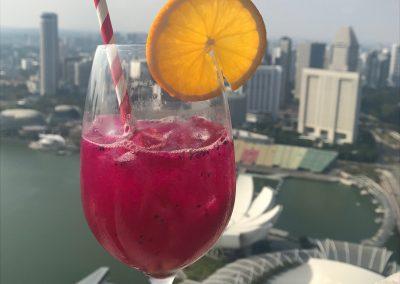 Drachenfrucht Aperoll an Dach des Marina Bay Sands