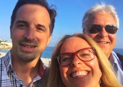 Strandspaziergang an Promenade d´Anglaise bei bester Laune