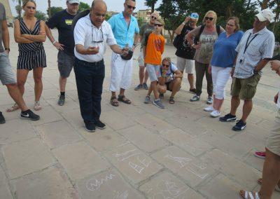 Vor dem Tempel gabs noch Erklärungen in Hieroglyphenkunde