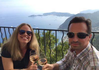 Prost von der Terrasse des Hotels Chateau de la Chevre d`Or